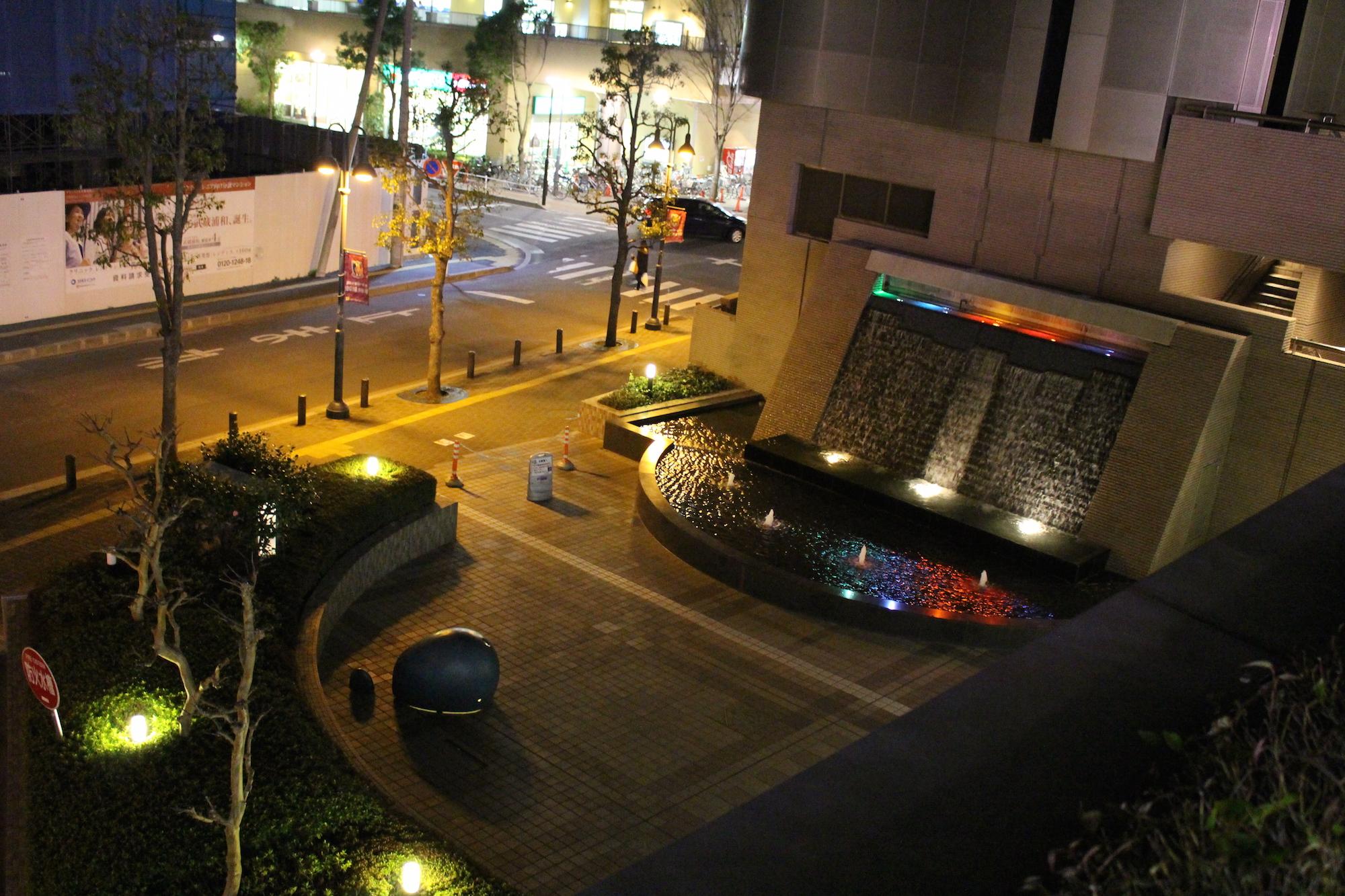 夜のラムザ水の広場