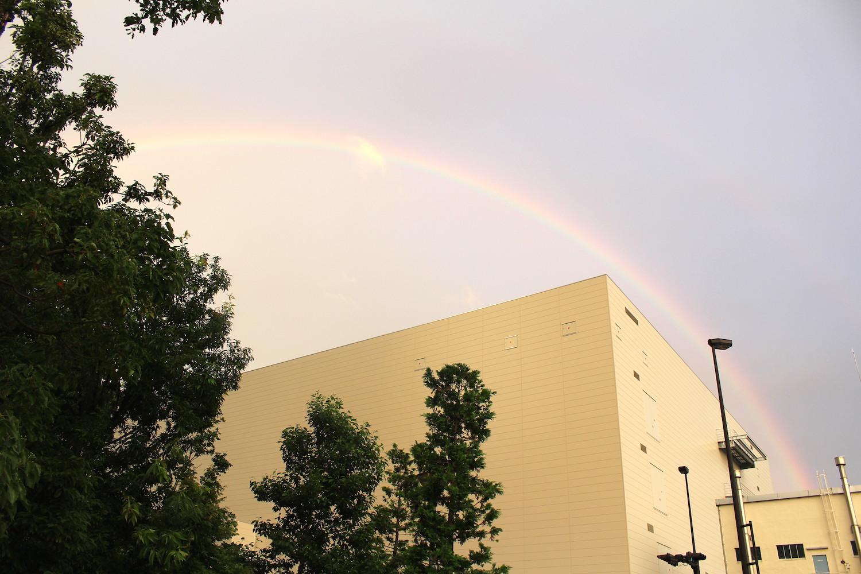 外側にも虹?