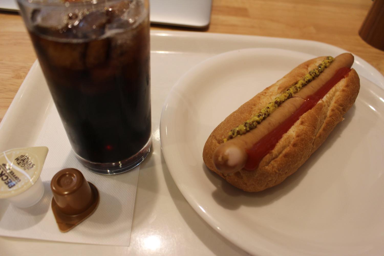 ホットドックとアイスコーヒー