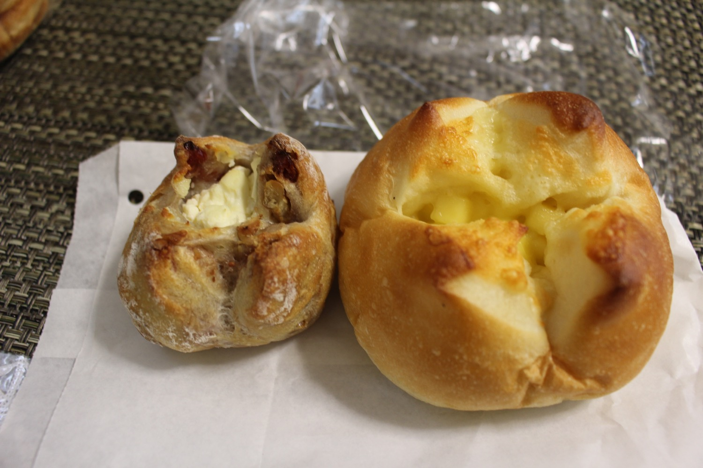 クランベリークリームチーズとカマンベールチーズのパン