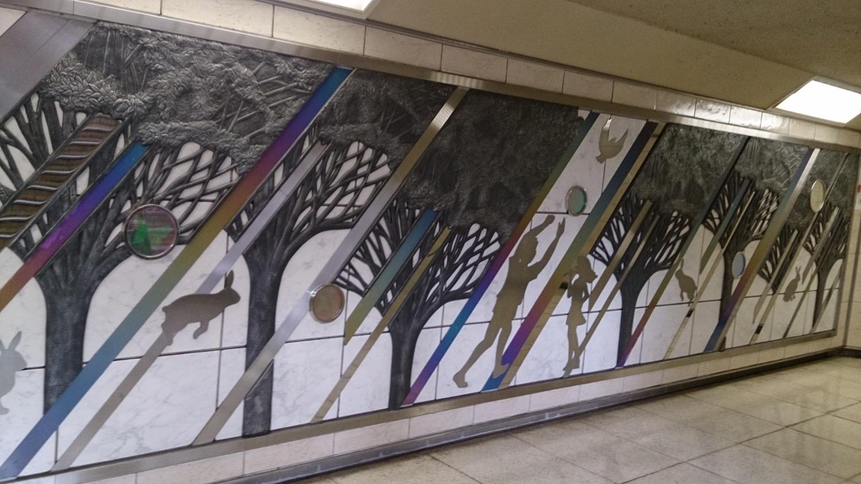 浦和駅地下通路のレリーフ