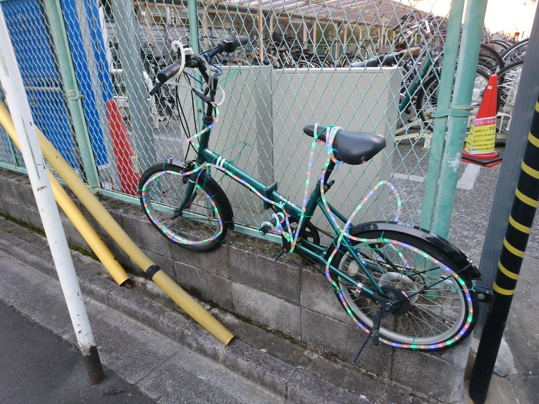 駐輪場の自転車イルミネーション