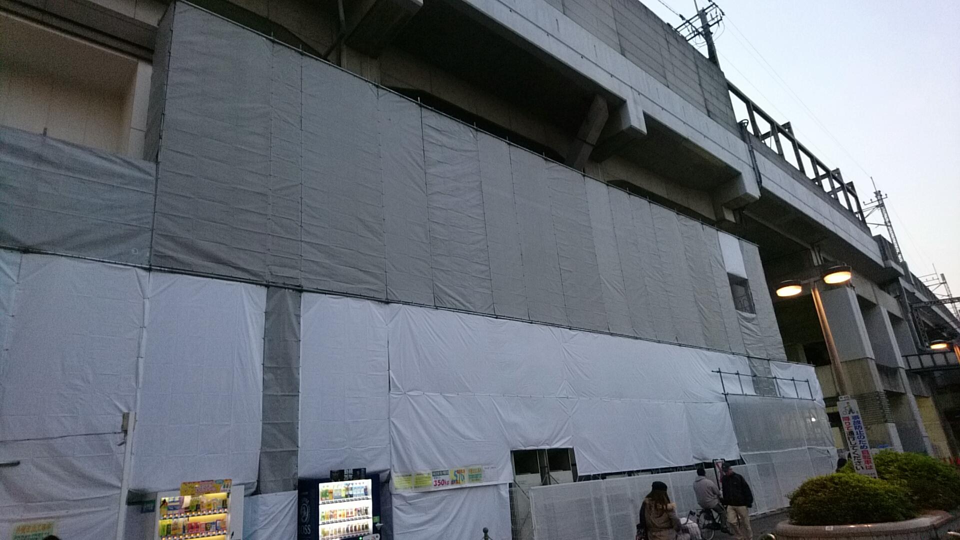武蔵浦和駅東口側のBeansの外壁工事中